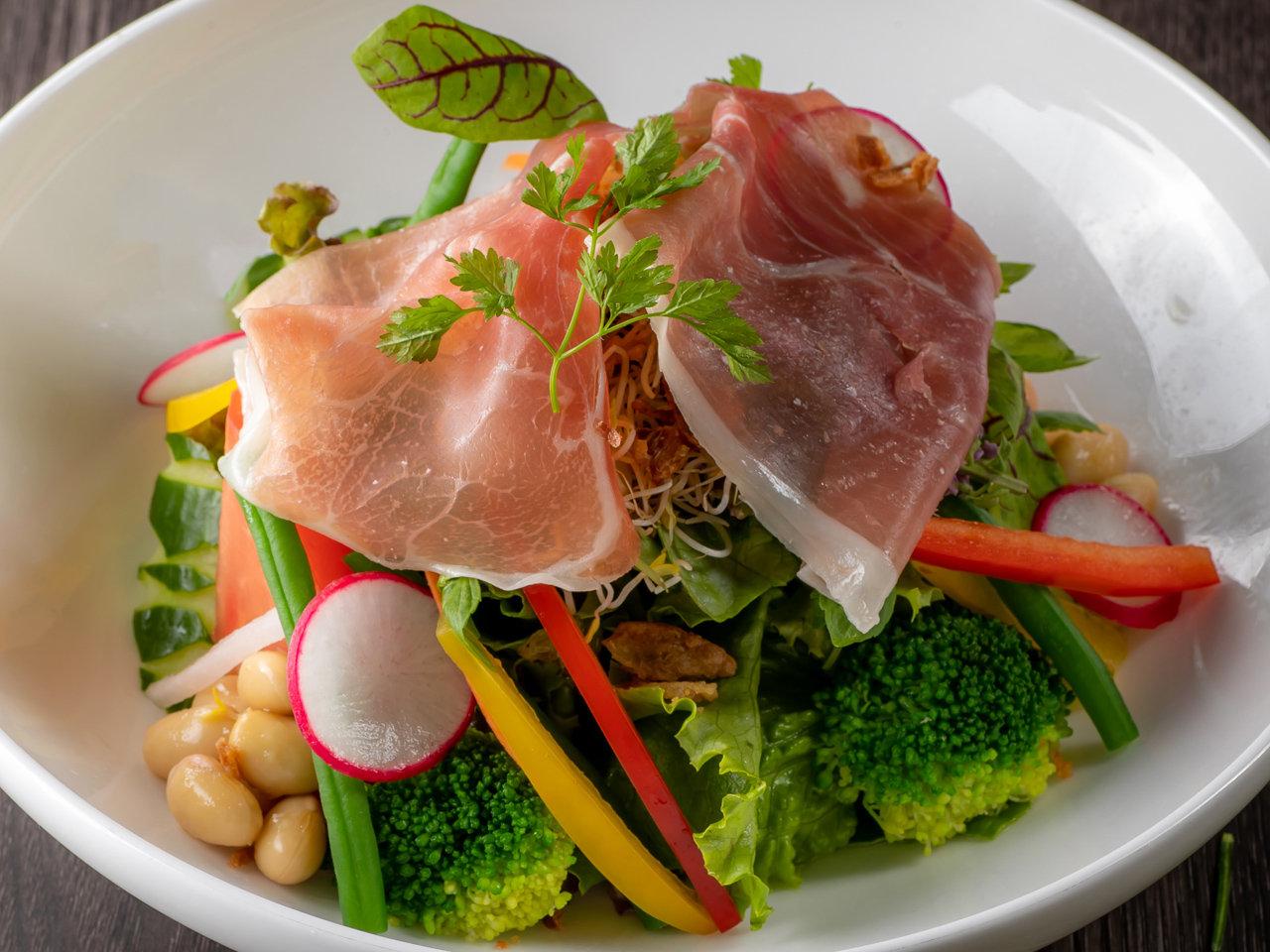イタリアマンドーヴァ産の生ハムと採れたて野菜のシーザーサラダサムネイル