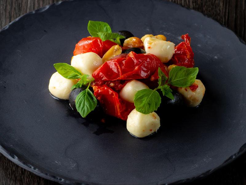 イタリア産チェリーモッツァレラとドライトマト、兵庫バジルのカプレーゼサムネイル